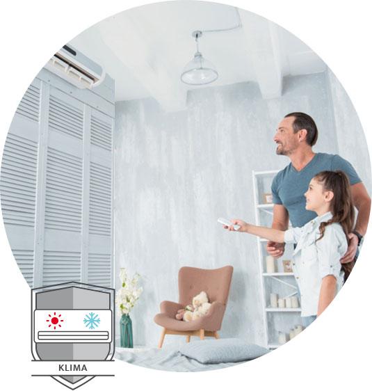 K&S Sanitär- & Heizungen | Klima | Vater und Tochter bedienen eine Klimaanlage